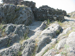 Sillons de charettes romaines creusés dans la roche mère à Panissars